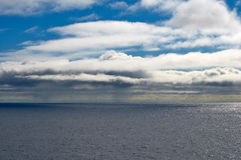 Seascape z niebieskim niebem i chmurami Zdjęcia Stock