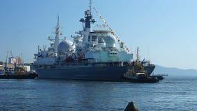 Seascape z okrętem wojennym w holowniczym zbiory wideo
