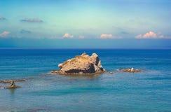 Seascape z skałami i krzyż na falezie na morzu śródziemnomorskim obraz royalty free