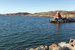 Seascape z skałami i nautycznym markierem Obrazy Stock