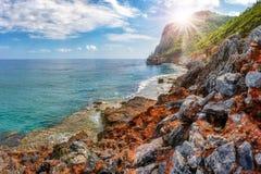 Seascape z skalistymi górami na tropikalnej linii brzegowej na lato słonecznym dniu antyczny alanya kasztel rujnuje indyka Fotografia Royalty Free