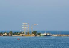 Seascape z statkami i helikopterem Zdjęcia Royalty Free