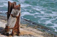 Seascape z wietrzejącym filarem na starym kamiennym molu obrazy royalty free