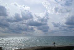 Seascape z wspaniałym niebem i osamotnioną postacią Zdjęcie Stock