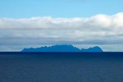 Seascape z wyspą, niebieskim niebem i chmurami, Fotografia Royalty Free