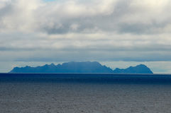 Seascape z wyspą, niebieskim niebem i chmurami, Zdjęcie Stock