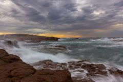 SeascapeAnna Bay strand i morgon med soluppgånghimmel och dramati royaltyfria foton