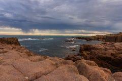 SeascapeAnna Bay strand i morgon med soluppgånghimmel och dramati royaltyfri foto