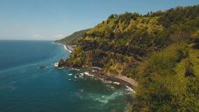 Seascapeklippor, hav och vågor på Bali, Indonesien stock video