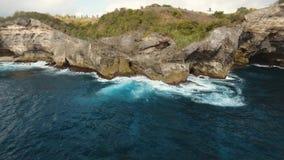 Seascapeklippor, hav och vågor på Nusa Penida, Bali, Indonesien lager videofilmer