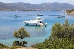 Seascapekostnad av den Poros ön, förälskelsefjärd, Grekland, Juni 10th, 2018 Fotografering för Bildbyråer