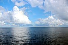 seascapes Различные виды красочных голубого неба, солнца, облаков и открытых пространств Мирового океана стоковое изображение rf