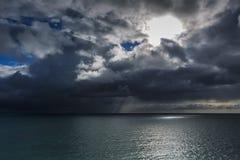 Seascapes с изумительными облаками стоковые изображения rf