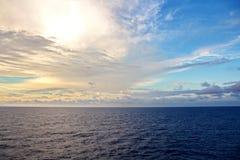seascapes Vários tipos do céu azul colorido, do sol, das nuvens e de espaços abertos do oceano do mundo fotos de stock royalty free