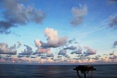 seascapes Vari generi di cielo blu variopinto, di sole, di nuvole e di spazi aperti dell'oceano del mondo immagine stock libera da diritti