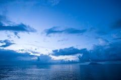 Seascapesikt av den Manado stranden Indonesien Arkivbild