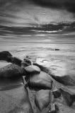 Seascaping in schwarzem N Weiß-vertikal stockfotografie