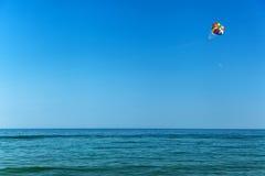 在seasea的帆伞运动,天空,活动,蓝色,降伞, peo 免版税库存照片