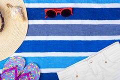 Seashell взгляд сверху стекел Солнця шляпы женщины пляжа соломы замыкает накоротко темповые сальто сальто с космосом для текста Стоковое Изображение