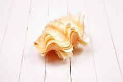 Seashell на белом деревянном столе предпосылки Стоковые Фотографии RF