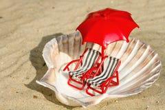 Seashell с миниатюрными шезлонгами Стоковое Изображение