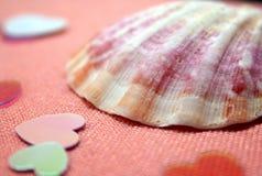 Seashell y corazones foto de archivo