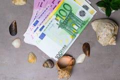 Seashells и уплотнение с деньгами праздника денег евро Деньги на каникула стоковое фото rf