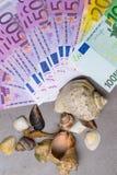 Seashells и уплотнение с деньгами праздника денег евро Деньги на каникула стоковое изображение