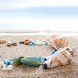 Seashells auf einem Strand lizenzfreie stockfotografie