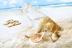 Seashells dans une bouteille sur la plage photos stock