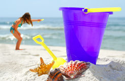 Seashells e jogo na praia imagem de stock royalty free