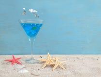 Seashells gestalten auf Sandhintergrund Stockbild