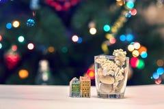 Seashells, kamienie i barwiący domy na Bożenarodzeniowym tle, Zdjęcie Royalty Free