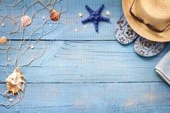 Seashells na błękitnych desek urlopowym wakacyjnym tle Obrazy Royalty Free