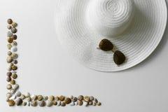 Seashells obramiają, słońce kapelusz i okulary przeciwsłoneczni zdjęcia royalty free