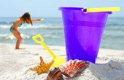 Seashells und Spiel auf Strand lizenzfreies stockbild