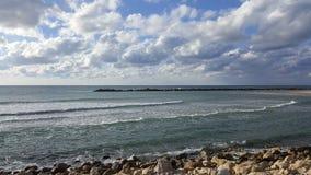 Seashore волнореза среднеземноморской, Хайфа, Израиль Стоковые Фотографии RF