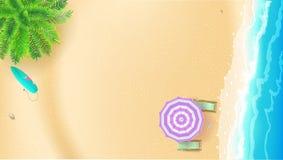 Seashore и песчаный пляж Взгляд сверху пляжа лета с ладонью, прибоем развевает, зонтик солнца, шезлонги, surfboard вектор Стоковое Фото