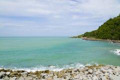 Seashore и погруженные в воду утесы Стоковая Фотография
