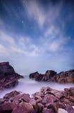 Seashore на ноче с красивейшими стартами в небе Стоковые Фото