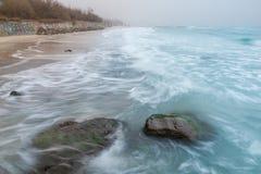 Seashore, песчаный пляж, запачканные волны Стоковое Фото