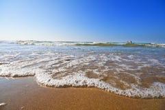 Seashore com ondas e espuma Fotos de Stock Royalty Free
