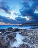 Seashore e céu escuro Imagem de Stock