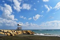 Seashore i Piękny niebieskie niebo zdjęcia royalty free