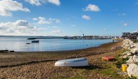 Seashore i widok w kierunku Poole schronienia Dorset Anglia UK z i quay morzem i piaskiem na pięknym dniu Zdjęcie Royalty Free