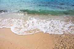 Seashore linia z piasek plażą i morze machamy Turkusowego błękita tropikalna denna laguna dla perfect wakacje Zdjęcia Royalty Free