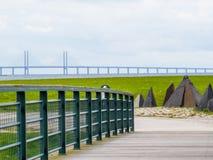 Seashore Oresund cieśnina z mostem między Dani i Szwecja, Oresund most na tle Obrazy Royalty Free