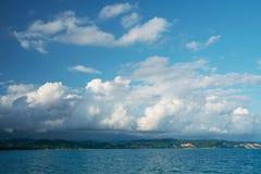 Seashore perto das montanhas Foto de Stock Royalty Free