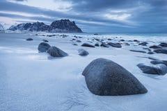 Seashore z kamieniami podczas zmierzchu Fotografia Royalty Free