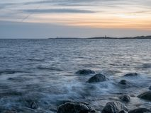 Seashore zmierzch przy kamień plażą Zdjęcie Stock
